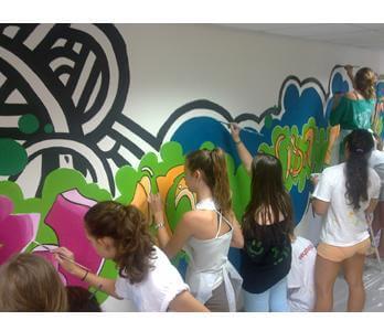 """קיר גרפיטי נייד – הסטודיו של """"שפע סדנאות ואומנות"""""""